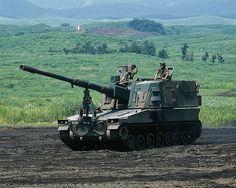 99式自走155mmりゅう弾砲  略称:15HSP  愛称:ロングノーズ    [乗員]4人  [全備重量]40.0t  [全長]11.3m  [全幅]3.2m  [全高]4.3m(積載状態)  [旋回性能]超信地  [速度]49.6km/h  [エンジン]  空冷4サイクル直列6気筒  ディーゼル機関  600ps  [武装]  155mmりゅう弾砲  12.7mm重機関銃  [開発]防衛庁技術研究本部  [製作]  ・砲塔:日本製鋼所  ・車体:三菱重工業    師団特科連隊などに配備され、近接戦闘部隊を支援する。11年度から調達を開始。