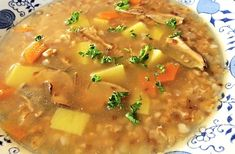 Staročeská polévka z hovězího vývaru, zeleniny a hub, nastavená pohankou a ovesnými vločkami.