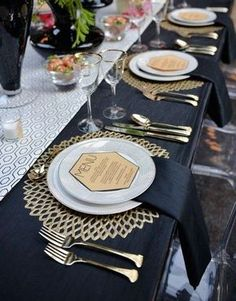 27 Chic Art Deco Wedding Table Settings Chic, fabulous and sparkling – this is all about art deco table settings…. Wedding Table Settings, Wedding Table Numbers, Table Wedding, Setting Table, Beautiful Table Settings, Wedding Arrangements, Gold Table Settings, Elegant Table Settings, Comment Dresser Une Table