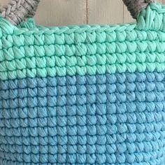 ・ ・ 🏝細編み丸底マルシェ 🏝動画㉝ ・ 〜コンチョ選び〜コンチョをつけます! ・ 本体編み終わって見て、物足りなさを感じませんか?? 派手好きな私は感じまくりです。笑 ・ ここからどう飾るかを考えるのもまた楽しいですよね❤️ ・ コンチョ(ボタンみたいなの)選びや、 どんなタッセルにするか、そこもセンスの見せ所です😊❤️ ・ 編み上がったら、どんな雰囲気にしたいかを考えて付属させるアイテムを選びます😊 ・ 今回は海っぽさ満点なカラーでお作りしたのでスターフィッシュのシルバーをつけてみようと思います😊 ・ ・ もうすぐ母の日❤️ Tシャツヤーンのバッグなら頑張れば数時間で編めます❤️❤️❤️ なので、まだまだプレゼントに間に合いますよー❤️ ・ ・ うまく出来たよー!!の声はすごく励みになります❤️ありがとうございます😊❤️ 是非是非途中経過なども見せてくださいね❤️ シェア、リポスト歓迎です😊 ・ ・ ❤️今回私は丸底マルシェの動画をご紹介してますが、ポーチやスマホポシェットにもなるミニポシェットの作り方を @kinomi716…