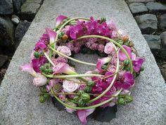 Rouwkrans met calla, rozen, siervruchtjes, phalaenopsis
