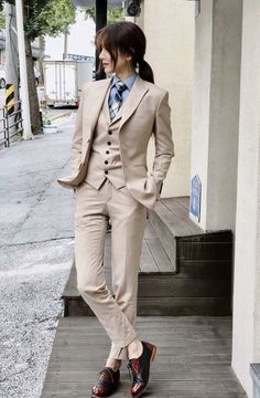 The women's suits are considered as the most appealing outfits for women. They are highly demanded owing to the fact that they provide traditional looks in the most stylish manner. Tomboy Fashion, Suit Fashion, Look Fashion, Fashion Outfits, Androgynous Fashion Women, Androgynous Look, Female Fashion, Business Mode, Business Outfits