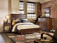 Dormitorio Rustico (3) En esta decoración de dormitorio se ha combinado la pared de ladrillo con los muebles en madera oscura, dejando que la propia manufactura de los muebles nos evoque una época anterior, con el resto de la habitación en tonos claros para captar toda la iluminación posible.