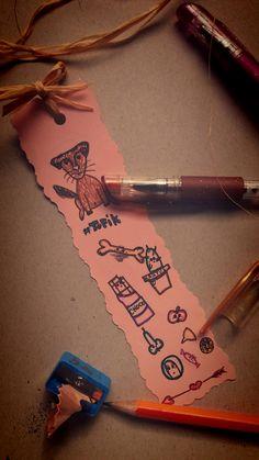 Jak zrobić piękną zakładkę? 1. Wytnij z kolorowego papieru kształt  2.popraw boki specjalnymi nożyczkami z różnymi  3.ozdób według uznania! Powodzenia Tofikowna