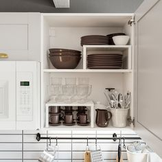 23 Perfect Color Ideas for Painting Kitchen Cabinets that will Add Personality to Your Home - The Trending House Knoxhult Ikea, Straight Kitchen, Freestanding Cooker, Small American Kitchens, Brass Kitchen Faucet, Wall Accessories, Kitchen Cabinet Accessories, Rustic Country Kitchens, Laminate Countertops