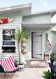 26 ideas for house beach exterior colors small cottages Dulux Exterior Paint, Exterior Paint Colors, Exterior House Colors, Paint Colours, Dulux Paint, Exterior Siding, Bold Colors, Beach Cottage Style, Beach Cottage Decor