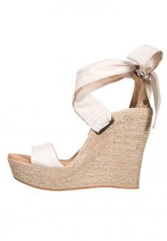 e59f2e92ab 61 fantastiche immagini su Sandali con la zeppa | Flat Shoes, Flat ...