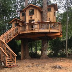 DIY Tree House Ideas For Your Inspiration Cool Tree House Ideas to Take Your Project to the Next Level. … The goal of an awe-inspiring tree house is to make it unforgettable and a place where… Adult Tree House, Tree House Plans, Beautiful Tree Houses, Cool Tree Houses, Amazing Tree House, Future House, My House, Luxury Tree Houses, Tree House Designs