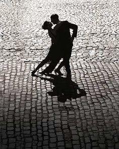 Es noche de bailar tango... ¿Qué harás hoy sábado? Donde sea que vayas, recuerda, el lujo va contigo siempre...