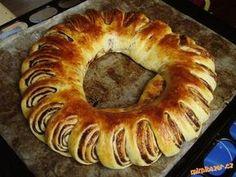 Výborný jednoduchý a velice efektní VĚNEC-POTŘEBNÉ PŘÍSADY 250ml mléka, 150g rozpuštěné Hery, 1 malé vajíčko, lžíce citronové šťávy, vanilkový cukr, 50 g cukru, špetka soli, 500 g hladké mouky, půlka čerstvého droždí (1 a půl lžičky sušeného) Marmer Cake, Bagel, Sweet Tooth, Food And Drink, Sweets, Bread, Desserts, Pastries, Decor