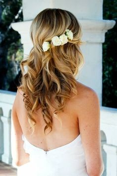 33 Romantic Wedding Hair Updo with Half Halo of Roses - VIs-Wed Romantic Wedding Hair, Wedding Beauty, Wedding Hair And Makeup, Hair Makeup, Boho Chic, Bridesmaid Hair, Flowers In Hair, Small Flowers, Hairstyles With Bangs