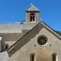 L'abbazia benedettina di Senanque in epoca medioevale guidava un impero economico fondato sulla corruzione e il potere; oggi è abitata da pochi frati che vendono mazzetti di lavanda ai passanti. by confuso