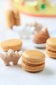 Macarons des rois à la frangipane - www. Macarons, Fancy Desserts, Vegan Desserts, Chef Recipes, Sweet Recipes, Dutch Bakery, Patisserie Fine, Macaron Recipe, French Pastries