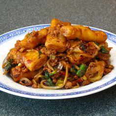 Spicy Pork Rice Roll Chow Fun (辣豆辦豬肉炒粉, Laat6 Dau6 Faan6 Zyu1 Juk6 Caau2 Fan2)