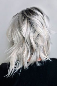 ▷ 1001 + ideas for silver blonde as hair color that inspire you blonde-haare-grau-färben-schulterlanges-haare-ombre-effekt-welliges-haar - Unique Long Hairstyles Ideas Platinum Blonde Hair Color, Silver Blonde Hair, Blonde Hair Shades, Blonde Color, Silver Platinum Hair, Ice Blonde Hair, Black Roots Blonde Hair, Platinum Blonde Hairstyles, Cute Blonde Hairstyles