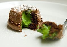 Chocolate matcha lava cakes(in French) Köstliche Desserts, Delicious Desserts, Green Tea Recipes, Matcha Green Tea Powder, Pastry And Bakery, Lava Cakes, Little Cakes, C'est Bon, Mini Cakes