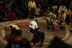 Zabuton são travesseiros finos que são usados para sentar-se em pisos de tatami. Eles são o equivalente de uma cadeira. Em partidas de sumô, multidões são conhecidos por jogar seu zabuton para o ringue para protestar contra um resultado impopular.