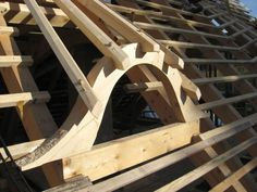 Detail podkrovního okna ve tvaru volského oka Roof Truss Design, Timber Structure, Roof Trusses, Natural Building, Architectural Elements, Wood Construction, House In The Woods, Log Homes, Architecture Details