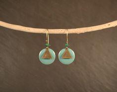 Boucles d'oreilles laiton et pastilles émaillées turquoises : Boucles d'oreille par vaninavanini