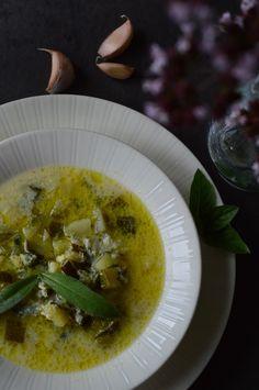 Kesäkurpitsa-salviakeitto on alkukeittojen aatelia Pesco Vegetarian, Salvia, Lchf, Cheeseburger Chowder, Low Carb Recipes, Soup, Meals, Dinner, Low Carb