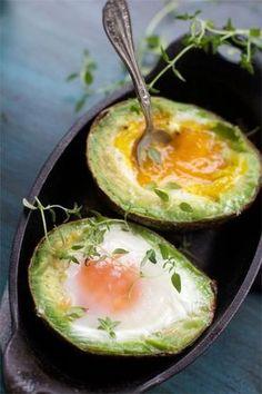 яйцо в авокадо, рецепты с авокадо, полезный завтрак, запеченный авокадо