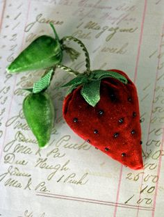 strawberry pin cushion << Note the green velvet leaves and baby strawberries. Also green cord. Fabric Crafts, Sewing Crafts, Sewing Projects, Wood Crafts, Velvet Pumpkins, Sewing Baskets, Needle Book, Creation Couture, Sewing Pillows