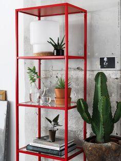 Kaktusfeber! VITTSJÖ hylla i glas, INGEFÄRA terrakottakruka med fat, SINNERLIG flaska i munblåst klarglas, SINNERLIG bordslampa i frostat glas och kork, VÅRVIND vas.