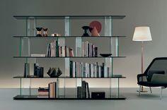 Sistema Inori, by Setsu & Shinobu Ito per Fiam. Libreria, espositore, porta tv, oppure contenitore. Questo sistema modulare offre ampia versatilità di misure e materiali. A destra, poltrona Slow chair di Vitra. Info su DCstore