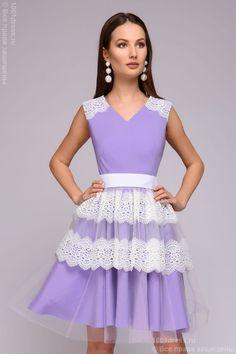 Платье лиловое длины мини с белым кружевом на юбке и на плечах