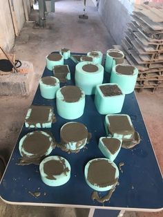 Cool square silicone molds to make DIY concrete planters. I really love this geometric, minimalist cement flower pots. Diy Concrete Planters, Concrete Molds, Concrete Crafts, Concrete Projects, Cement Art, Beton Diy, Diy Silicone Molds, Diy Molding, Potted Plants