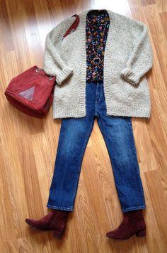 Stylée avec de la maille : gros gilet beige avec blouse fleurie, jean droit taille haute et accessoires bordeaux