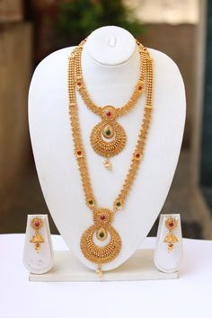 New Indian Bridal Jewelry Gold Temple Jewellery Ideas Gold Temple Jewellery, Gold Wedding Jewelry, Gold Jewelry Simple, Silver Jewellery, Indian Bridal Jewelry Sets, Gold Wedding Shoes, South Indian Jewellery, Indian Jewellery Design, India Jewelry