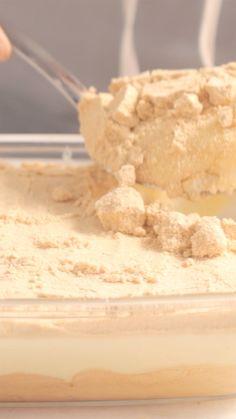 Receita com instruções em vídeo: Essa receita de torta de bolacha com merengue é simplesmente maravilhosa. Ingredientes: 790g (2 latas) de leite condensado, 300 ml de leite, 2 ovos, 1 colher de chá de essência de baunilha, 3 colheres de sopa de açúcar, 150g de bolacha maria