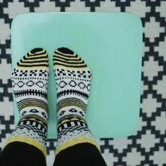 SATEENKAARIA JA SERPENTIINIÄ: CIRKUS SUKAT Knitting Socks, Hand Knitting, Marimekko Fabric, Boot Toppers, Colorful Socks, My Socks, Handicraft, Diy Fashion, Knit Crochet