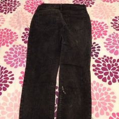 Black skinny jeans! There is some very slight bleach damage on the back of the right leg. These would be great for doing painting or housework in! Good quality denim with a snug fit. :) Old Navy Jeans Skinny