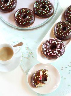 Flauschige Donuts mit seidiger Schokoladenganache
