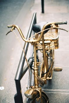 I had this golden bicycle, I would go riding more often.If I had this golden bicycle, I would go riding more often. Golden Bike, Golden Horse, Velo Vintage, Vintage Bicycles, Gold Everything, Or Noir, Gold Aesthetic, Bronze, Stay Gold