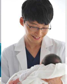 いいね!439件、コメント31件 ― @gen_esoraのInstagramアカウント: 「ドッキューーーーン❤️❤️❤️❤️❤️ ★ 赤ちゃんの頭を抱えてる左手が…さらに…❤️❤️❤️ ★ #星野源 #コウノドリ #しのりん」