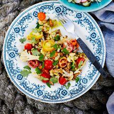 Salaatti tomaateista ja fritatusta kukkakaalista tahinikastikkeella / Soppa365