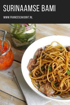 Recept surinaamse bami gemaakt van spaghetti. Lekker met gemarineerde kip of roergebakken spinazie met ui en knoflook. Sambal en zuur van komkommer mogen niet op tafel ontbreken. #surinaams #bami Pureed Food Recipes, Pasta Recipes, Chicken Recipes, Dinner Recipes, Cooking Recipes, Healthy Recipes, Bami Recipe, Carribean Food, Good Food