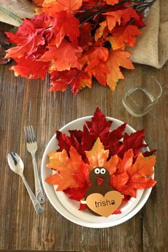 Leaf Turkey Place Setting DIY, Craft up an adorable way for Thanksgiving Seating. This could evolve into a ratio activity for older students. Free Thanksgiving Printables, Thanksgiving Crafts For Kids, Thanksgiving Table Settings, Thanksgiving Decorations, Thanksgiving Cookies, Thanksgiving Tablescapes, Thanksgiving Turkey, Diy Place Settings, Pinecone Turkey