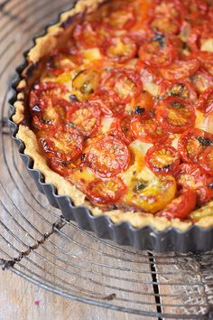 """Parmesan Tarte - Tomato Parmesan Cheese Tart Tomaten Parmesan Tarte - Parmesan Tomato Tart pie Tomato pie may refer to a """"pie with tomatoes"""", such as: Tomato pie may refer to some types of pizza in the United States, such as: Tart Recipes, Pizza Recipes, Toast Pizza, Cheese Tarts, Tomato Pie, Easy Smoothie Recipes, Limes, Food And Drink, Quiches"""