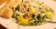Räksallad med mango och pinjenötter serverad med viltök- och basilikadressing.