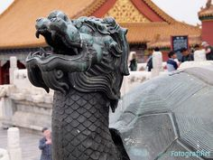 """Tortuga dragón (Lóngguī, 龙龟) Ciudad Prohibida, Pekín, China  Dos de los cuatro """"animales celestiales"""" chinos se combinan en esta criatura: Tortuga y Dragón, representando la longevidad y la sabiduría respectivamente.  Casi imposible hacer una fotografía sin chinos en este lugar, que a pesar de ser inmensamente grande, apenas había hueco vacío.  Por ello me centré desde mi posición en la cabeza de la criatura sacándola en primer plano intentando """"difuminar"""" a los lugareños."""