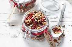 Superontbijt: yoghurt met krokante granola. Deze versie met kokos en cranberry's maak je heel makkelijk zelf.