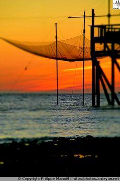 Carrelet de pêche au soleil couchant – à Aytré Plage. La Rochelle