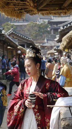 Empress Ki and . Her morning coffee! Proof that coffee is universal and classy Korean Actresses, Korean Actors, Actors & Actresses, Korean Traditional Dress, Traditional Dresses, Ji Chang Wook Photoshoot, Kdrama, Empress Ki, Ha Ji Won