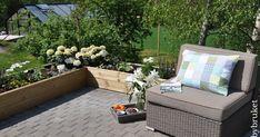 Da har solen og varmen kommet, og jeg nyter å kunne holde på ute i hagen.      Den nye blomsterkassen har blitt fylt med blomster. Det er... Outdoor Sectional, Sectional Sofa, Outdoor Furniture Sets, Outdoor Decor, Deck, Garden, Home Decor, Modular Couch, Garten