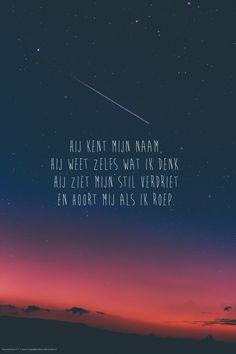 Hij kent mijn naam, Hij weet zelfs wat ik denk. Hij ziet mijn stil verdriet en hoort mij als ik roep. Opwekking 617 #DeVader, #Verdriet, #Trooster https://www.dagelijksebroodkruimels.nl/opwekking-617/