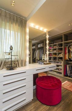 COLOR d la BUTACA love this closet with space for a dressing table---Apartamento de casal jovem (Foto: Alexandre Zelinski/Divulgação) Couples Apartment, House, Closet Bedroom, Dressing Table, Dream Closets, Closet Vanity, Bedroom Inspirations, Closet Designs, Build A Closet